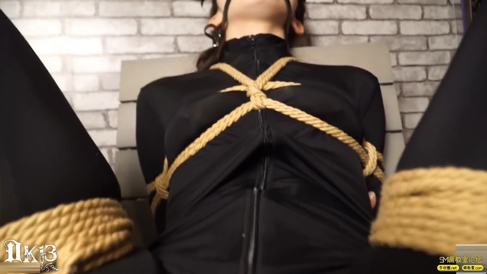 DK13美束馆_密室调教-M字开脚被固定在椅子上-视频截图5
