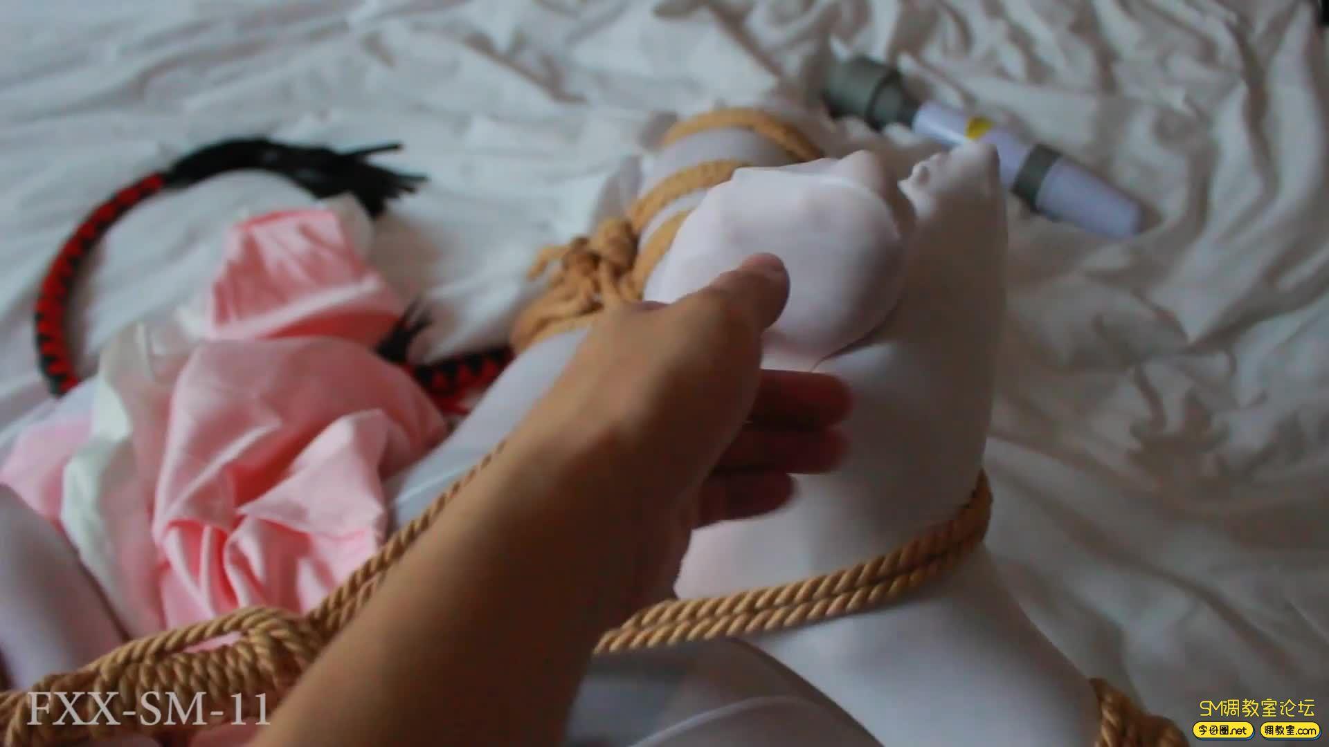 【FXX】年终巨献 lo娘 白丝连身袜  驷马震动全方位调教-视频截图4