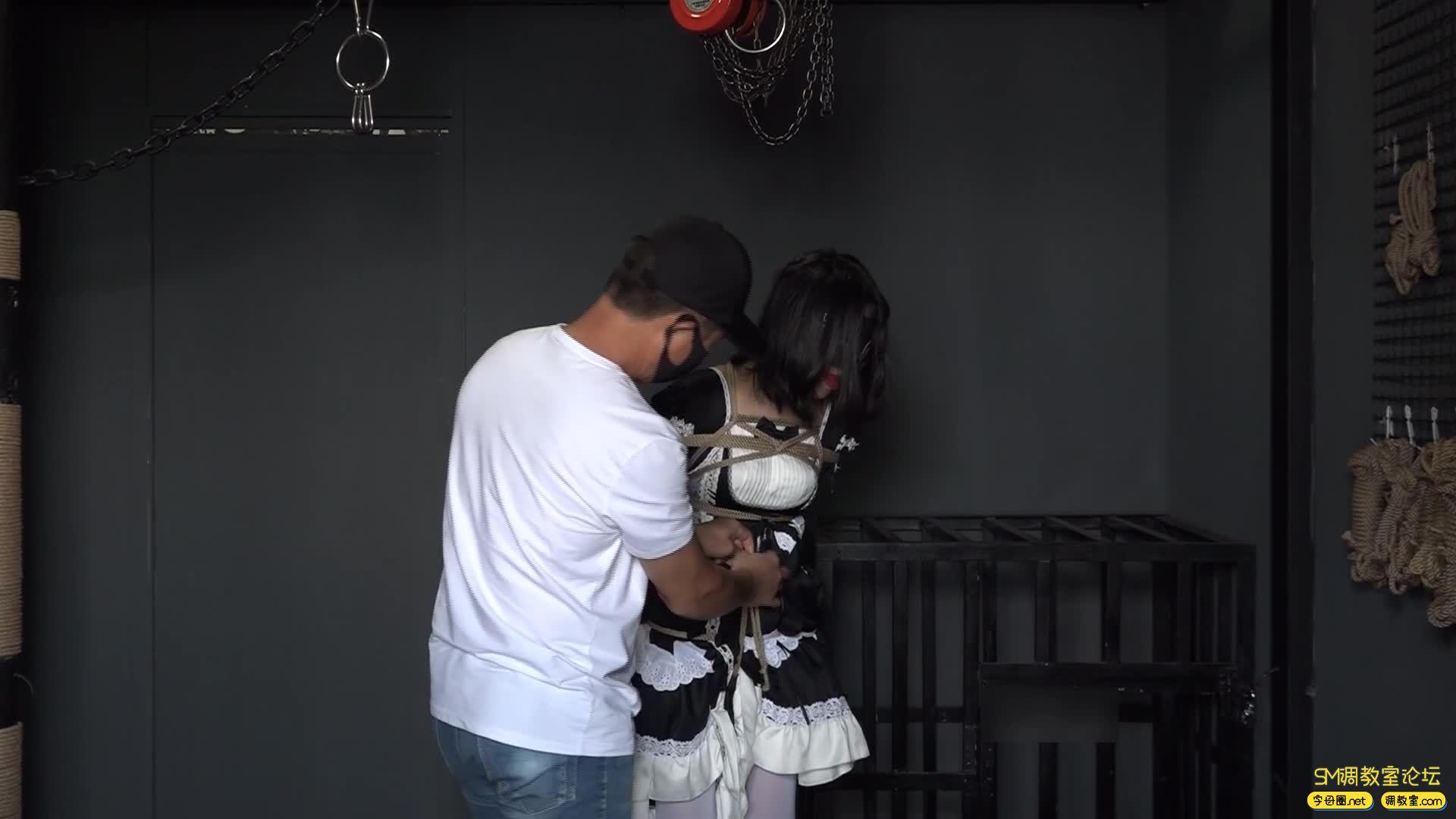 网友原创_女仆装白丝 捆绑 吊缚鞭打 口球堵嘴 蒙眼-视频截图3