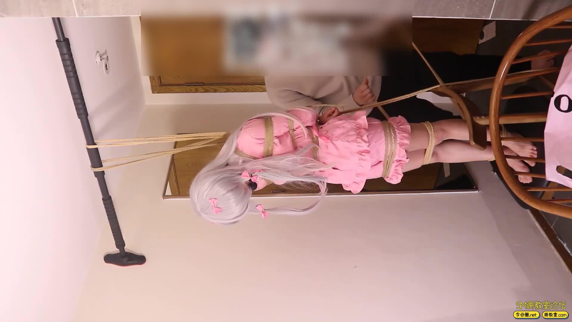 绳艺66号_萝莉妹子安酱的和泉纱雾COS吊缚滴蜡虐足-视频截图5
