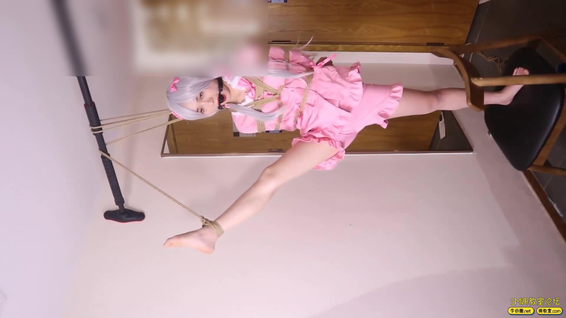 绳艺66号_萝莉妹子安酱的和泉纱雾COS吊缚滴蜡虐足-视频截图3
