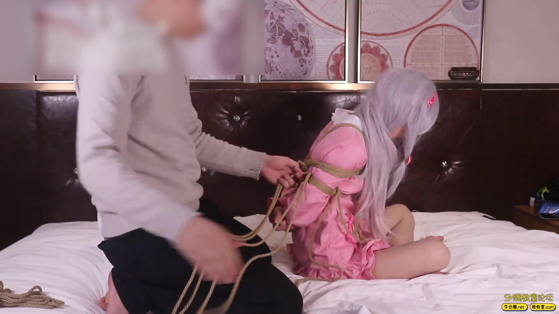 绳艺66号_萝莉妹子安酱的和泉纱雾COS吊缚滴蜡虐足-视频截图1