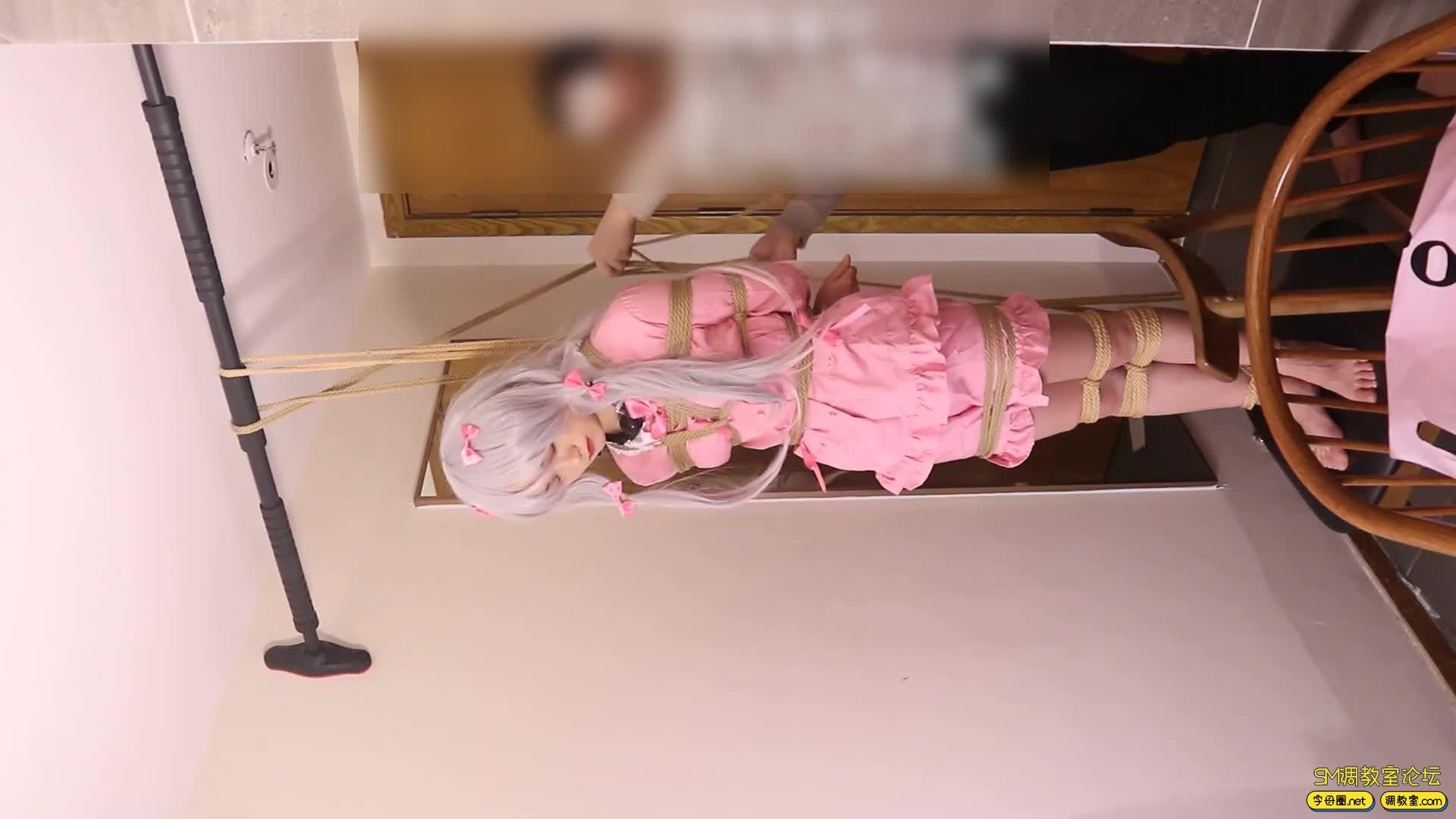 绳艺66号_萝莉妹子安酱的和泉纱雾COS吊缚滴蜡虐足-视频截图6