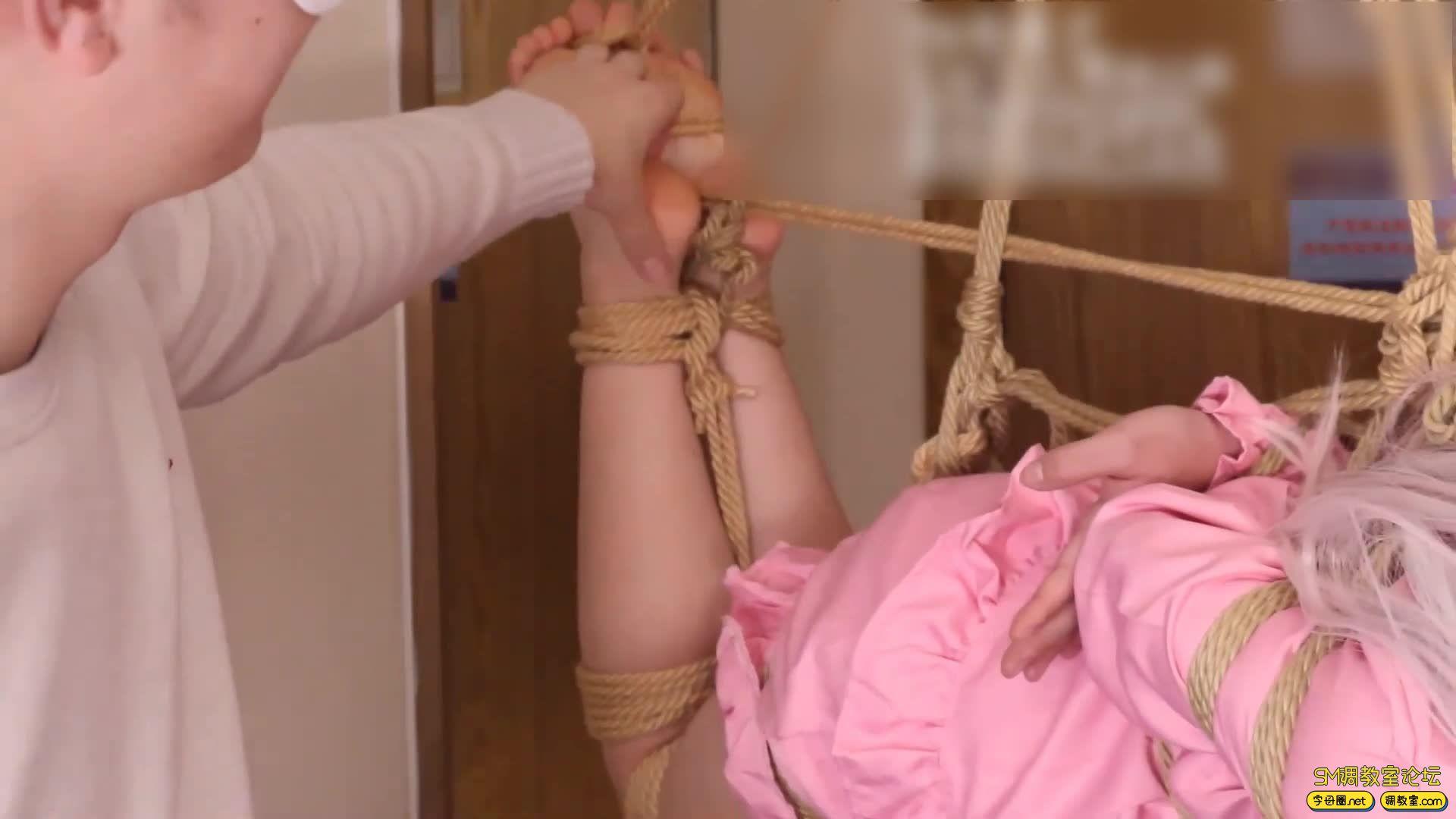 绳艺66号_萝莉妹子安酱的和泉纱雾COS吊缚滴蜡虐足-视频截图8