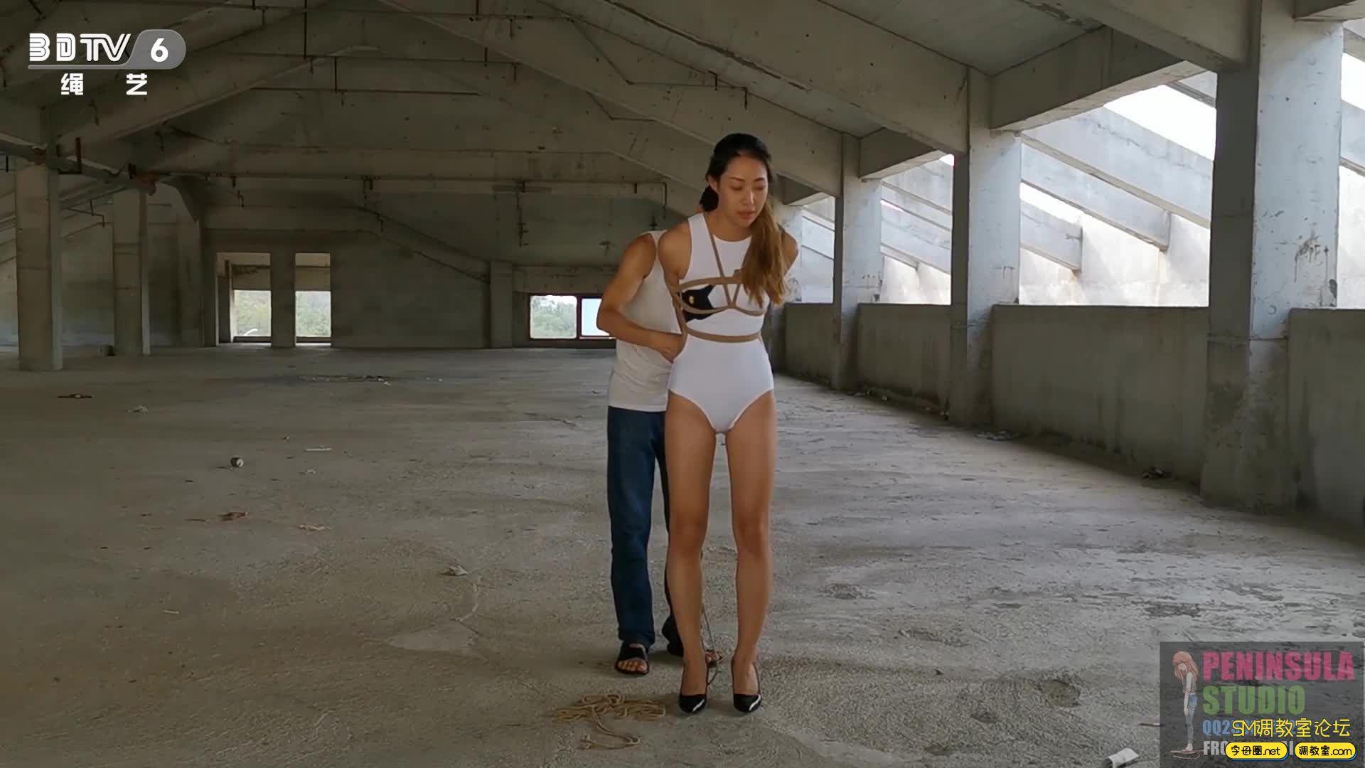 半岛束艺台_舞动的精灵:大美泳装丝袜海岸废墟献舞-视频截图6