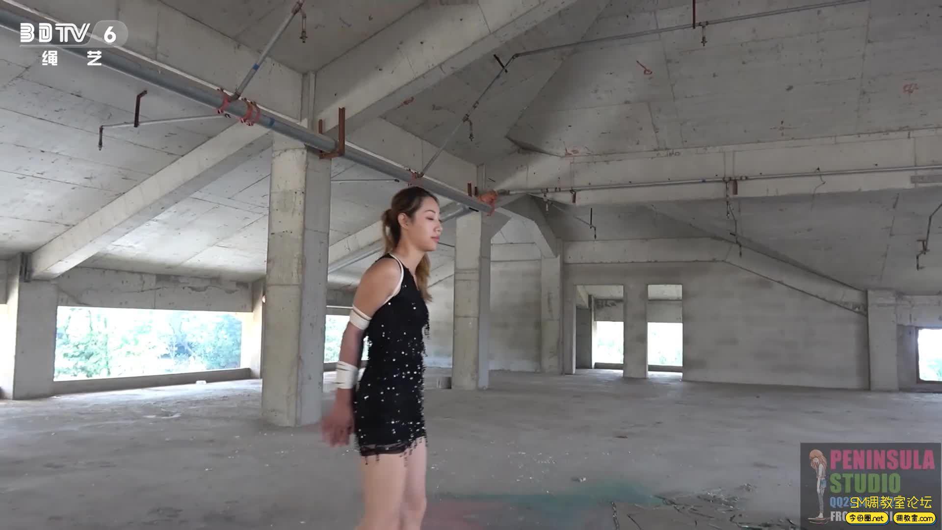 半岛束艺台_舞动的精灵:大美泳装丝袜海岸废墟献舞-视频截图5
