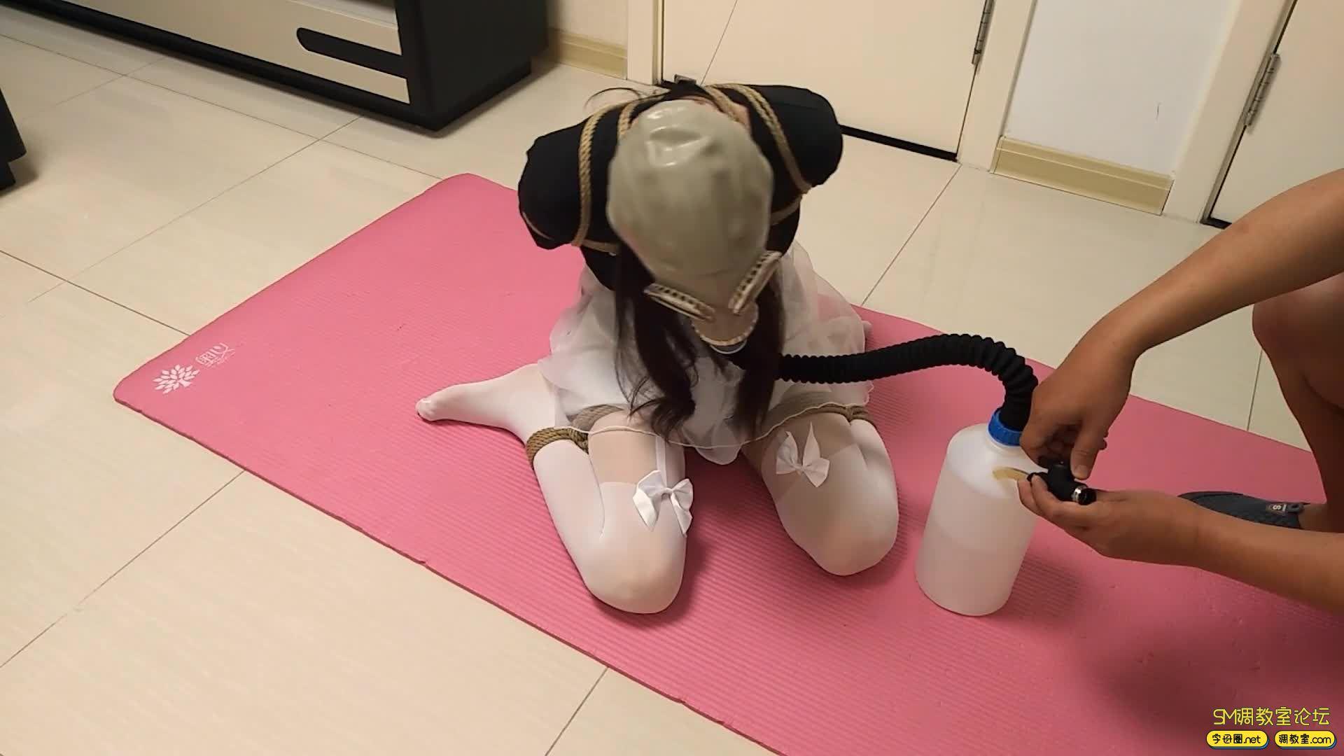 【旋律受虐记】全封闭头套+防毒面具+负压瓶 白丝驷马 M字开腿-视频截图3