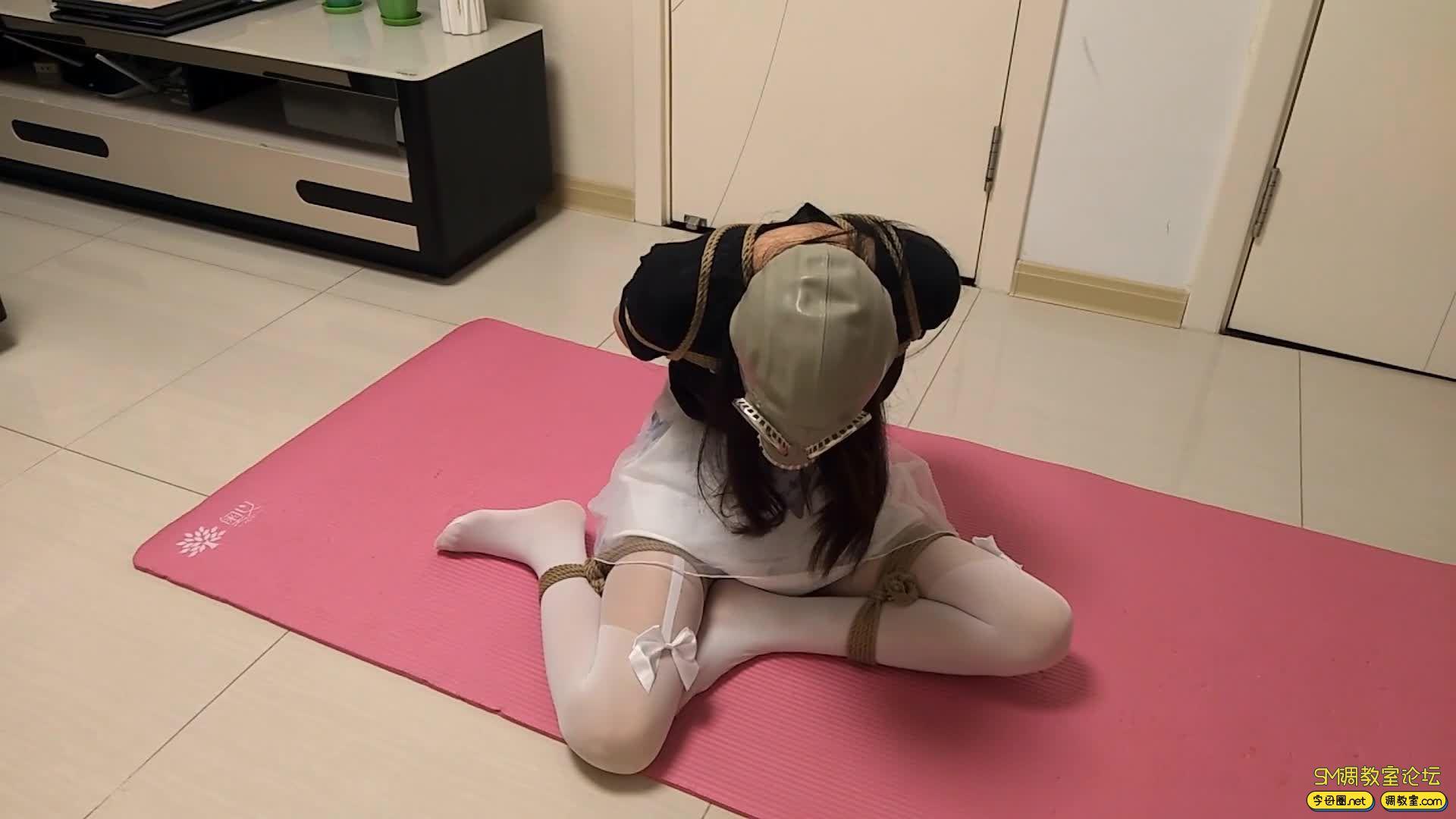 【旋律受虐记】全封闭头套+防毒面具+负压瓶 白丝驷马 M字开腿-视频截图2