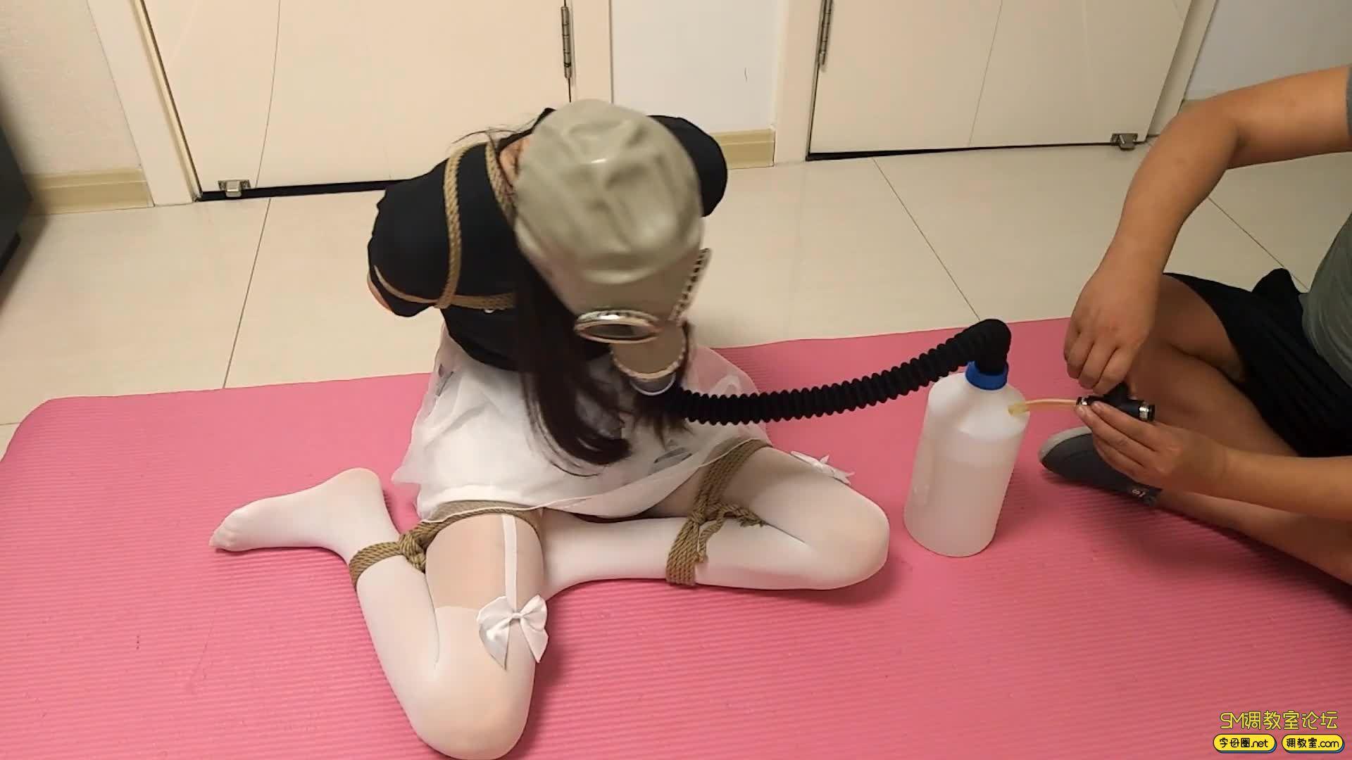 【旋律受虐记】全封闭头套+防毒面具+负压瓶 白丝驷马 M字开腿-视频截图6
