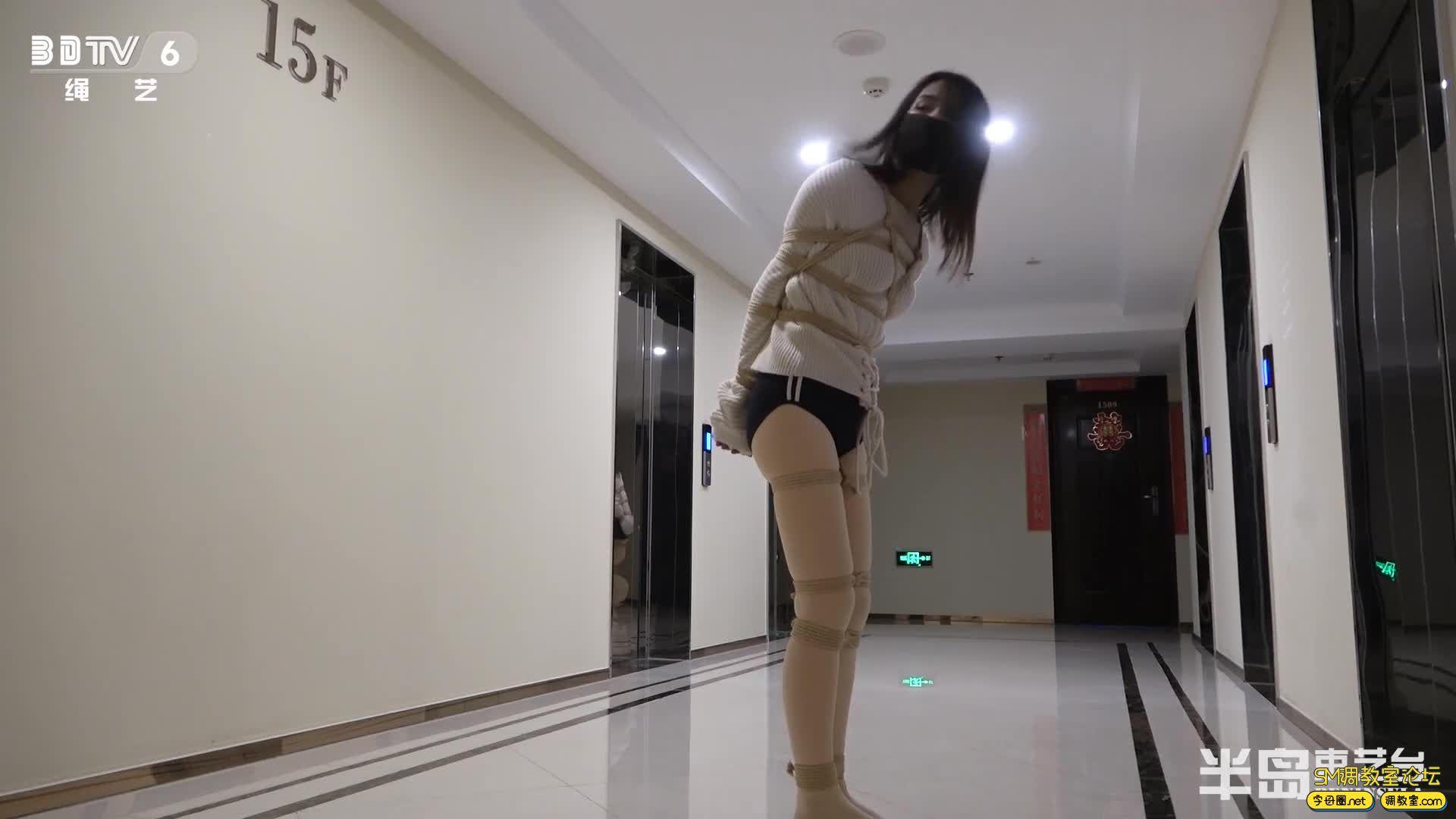 半岛束艺台_葡萄被坑进电梯独自下楼,一路狂跳回家-视频截图2