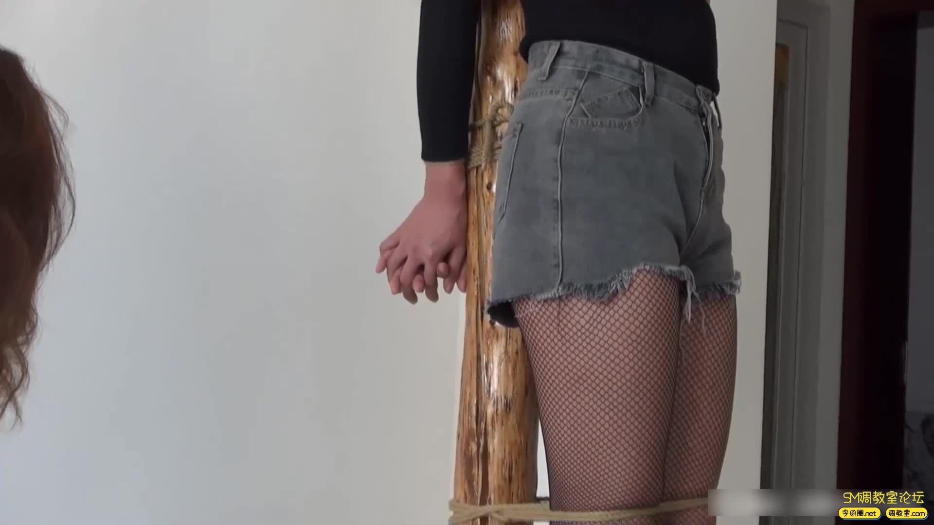 灰鸟原创_木桩上被捆绑堵嘴的两个美女 完整版-视频截图5
