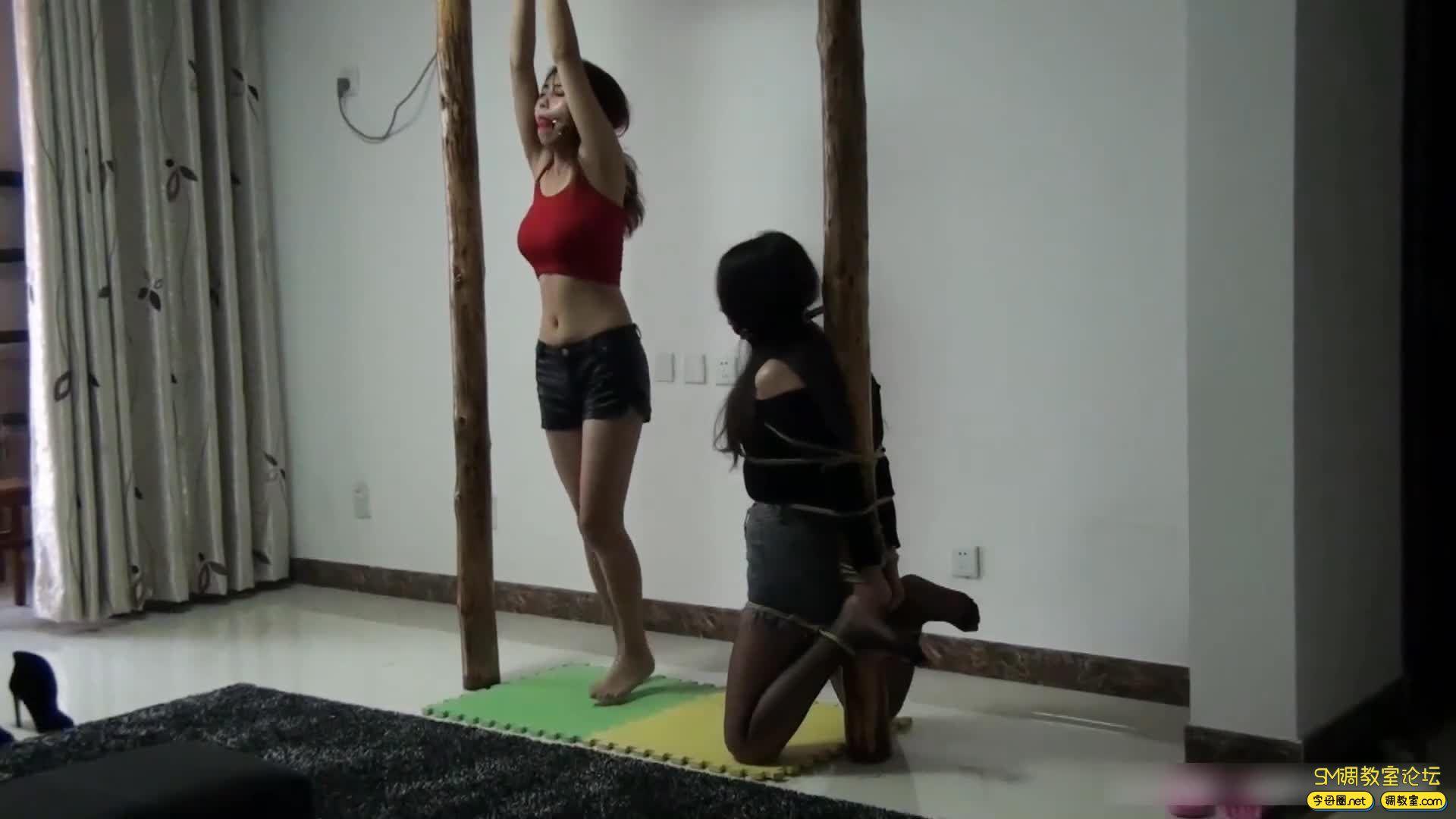 灰鸟原创_木桩上被捆绑堵嘴的两个美女 完整版-视频截图6