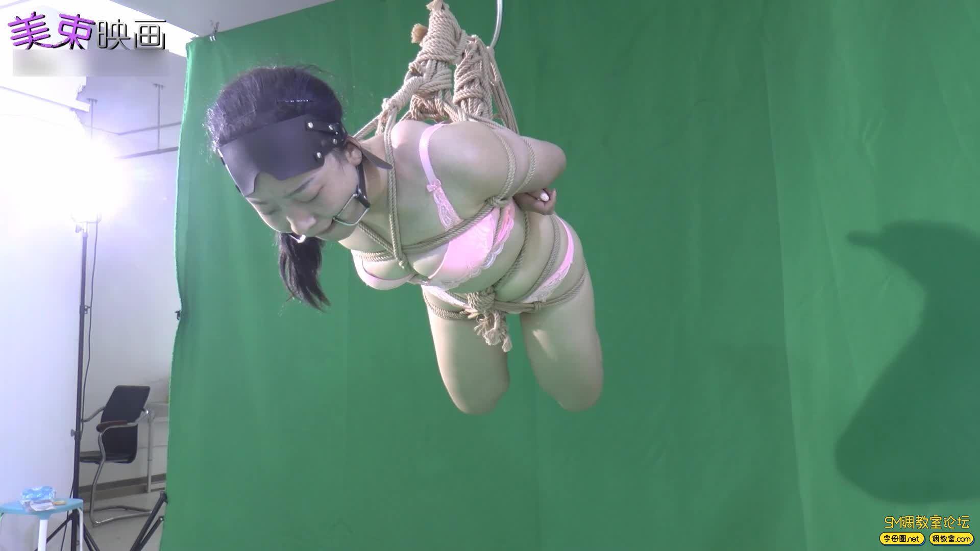 美束映画_00后嫩模再试绳艺  小萝莉的内衣吊缚 欧式驷马-视频截图3