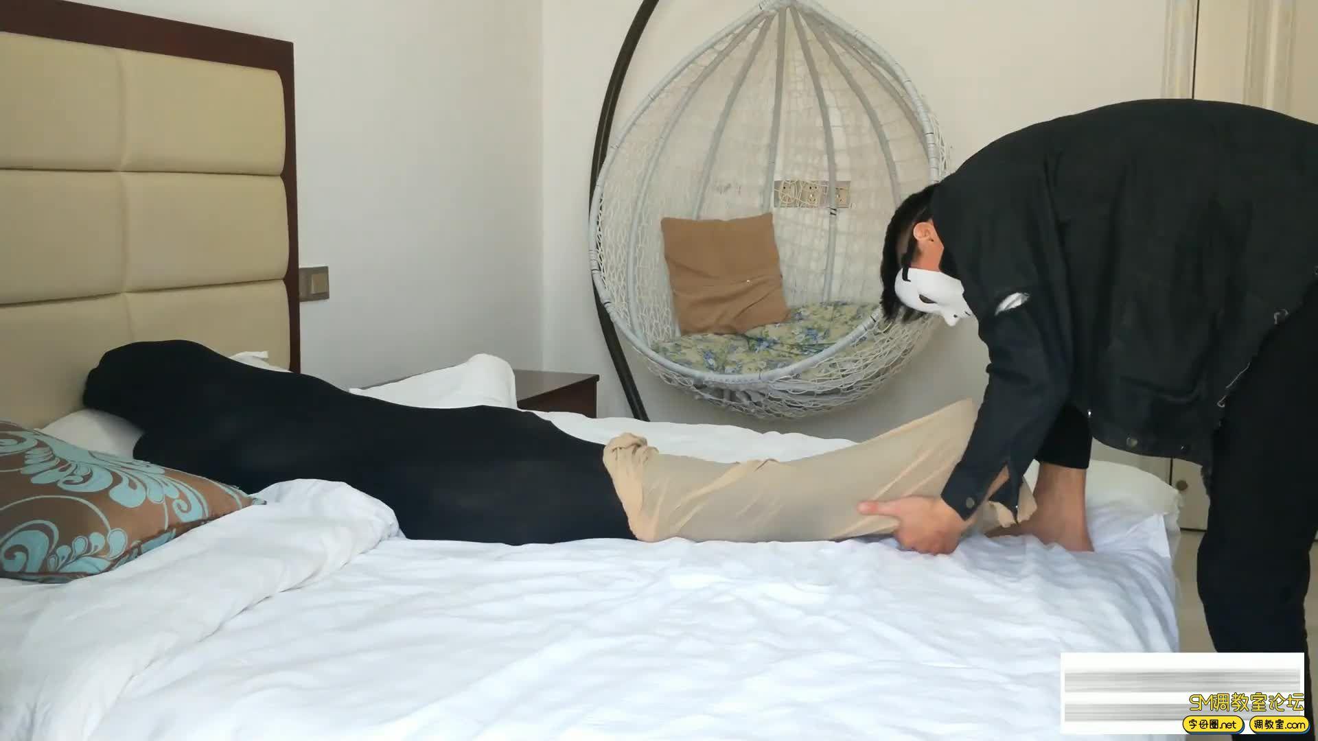 嗷大喵工作室_窒息篇-挑战十层丝袜睡袋-视频截图5