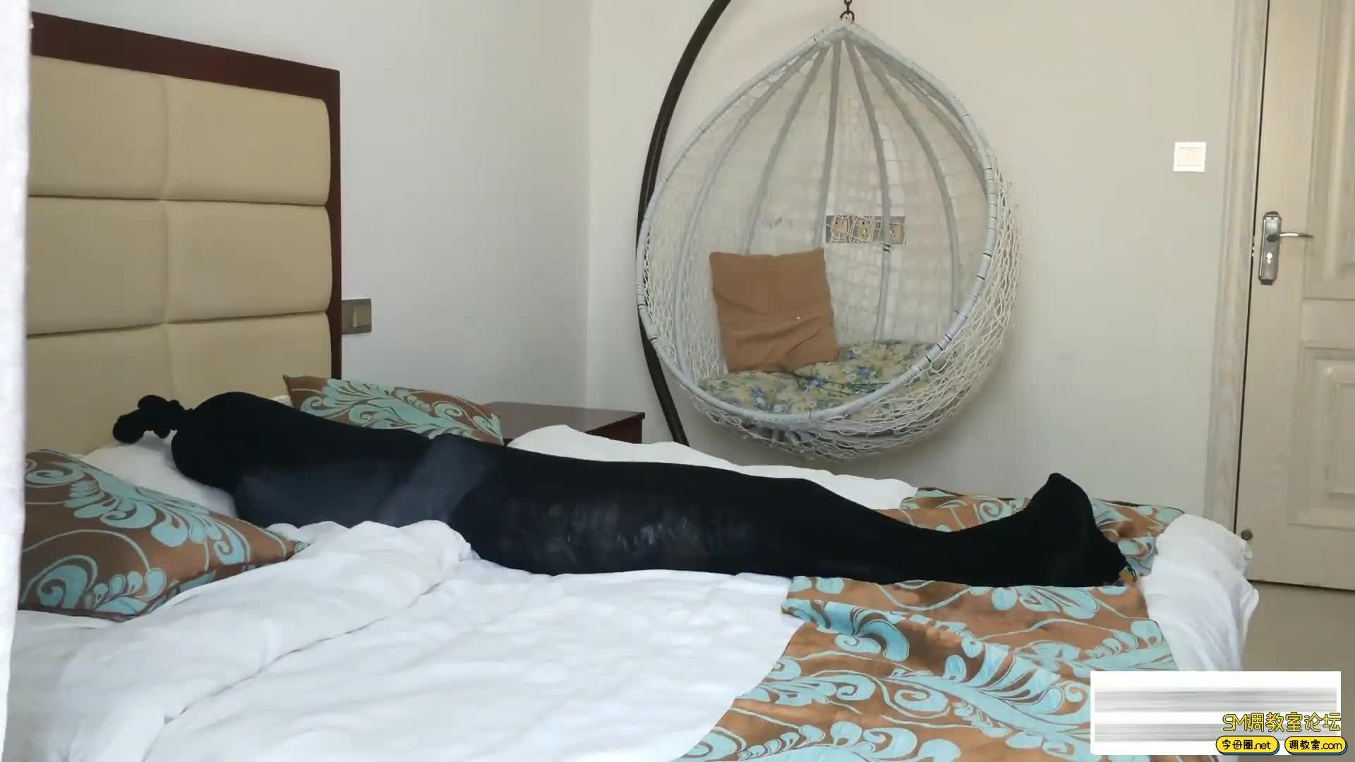 嗷大喵工作室_窒息篇-挑战十层丝袜睡袋-视频截图2