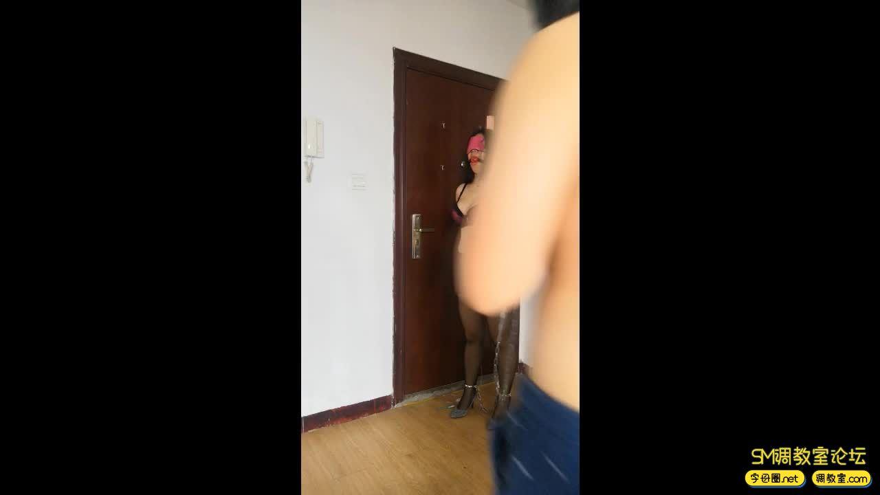 网友原创_高跟黑丝,脚链,插着吊袋行走 憋得难受-视频截图7