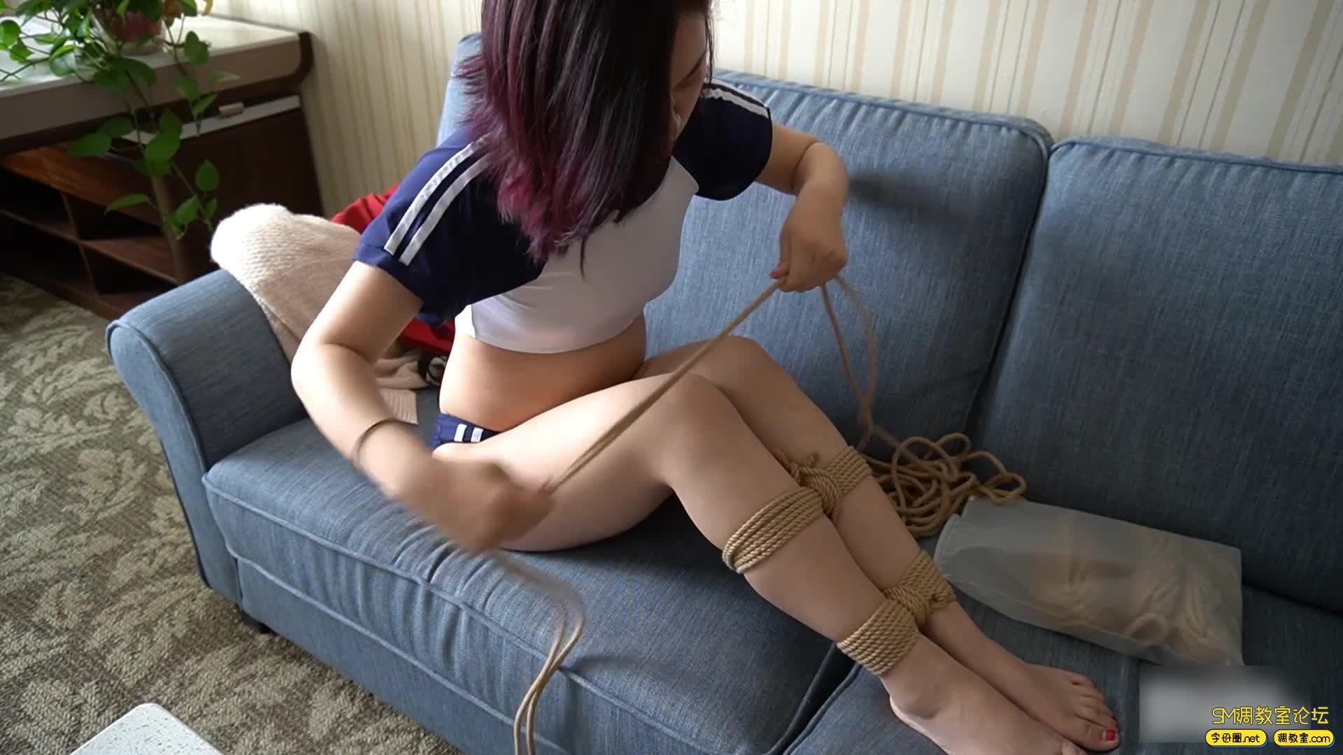 虐恋天使_【海语】回到家中 换衣自缚 脱绳失败求救无果 上-视频截图4
