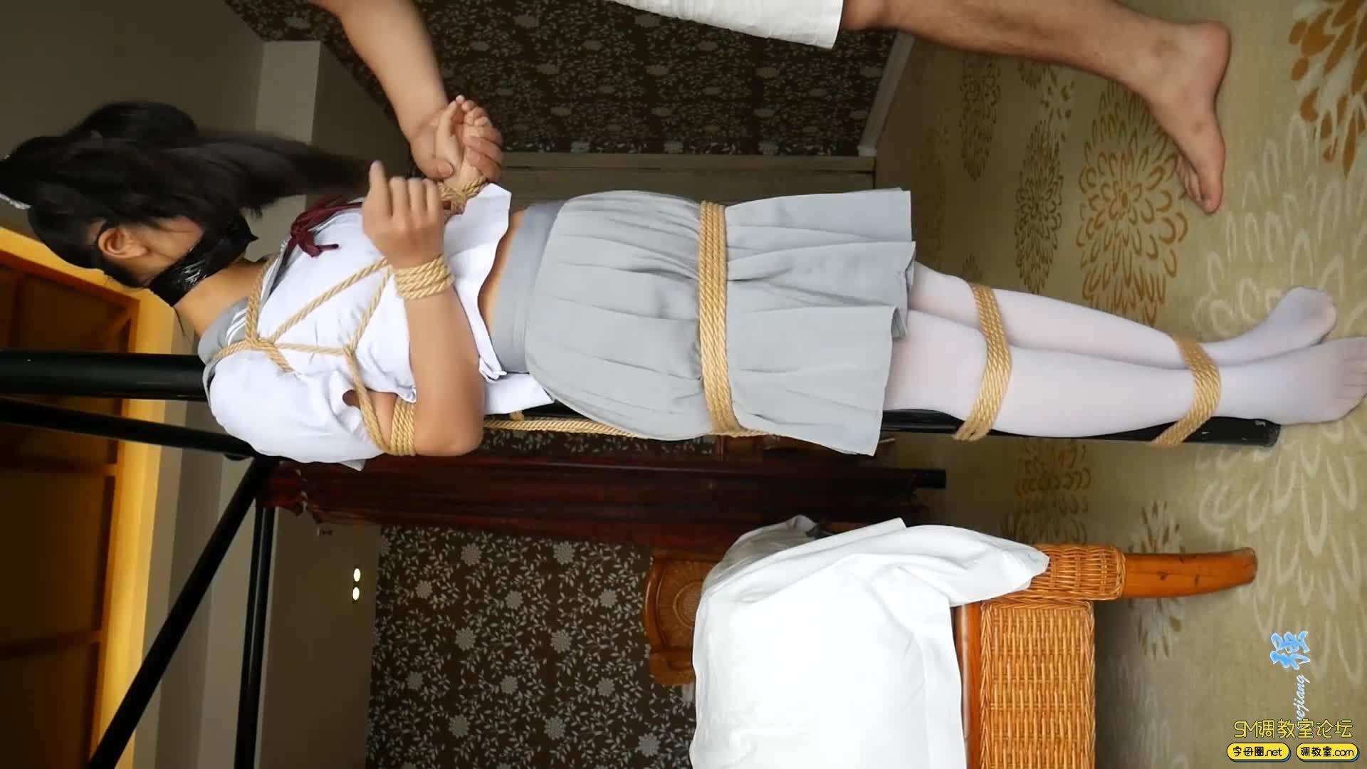 【小羽】 输了游戏可是要被吊起来的哦  白丝水手服吊缚-视频截图4