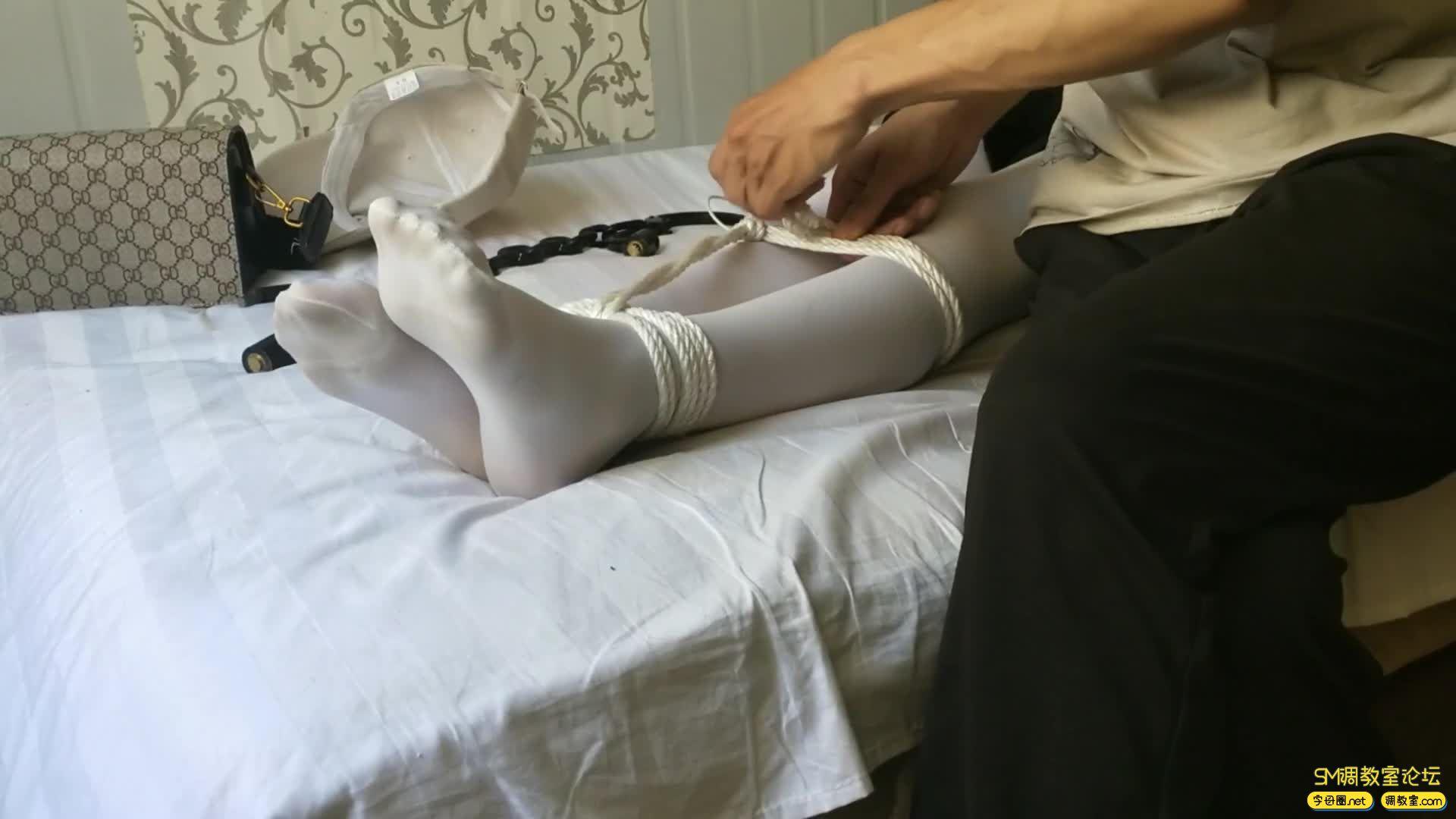 西部猎人_白丝萝莉,手铐脚镣  自己嗨-视频截图3